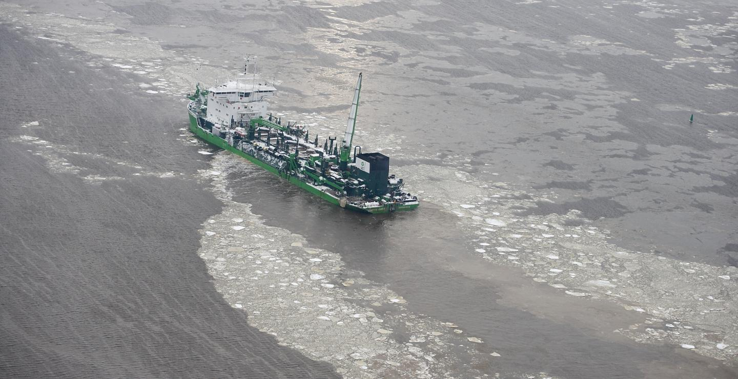 Lange Wapper (Trailing Suction Hopper Dredger) sealing away from the port of Riga